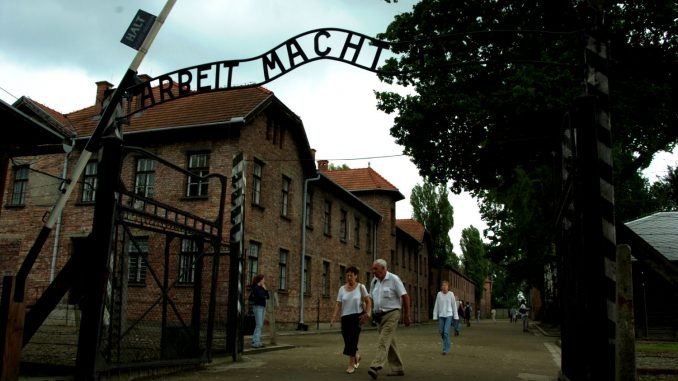 På vei inn porten i Auschwitz. Foto: Pål Stagnes