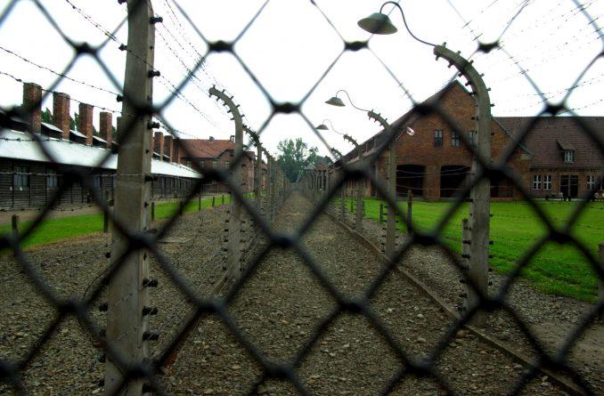 Strømgjerder var satt opp rundt hele leiren for å hindre at fangene skulle rømme. Foto: Pål Stagnes